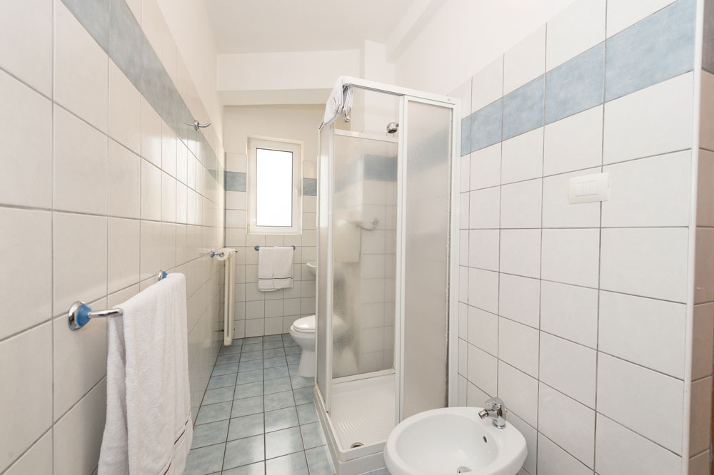 Bagno con doccia - Camera quadrupla - Hotel Primo - Lake Garda