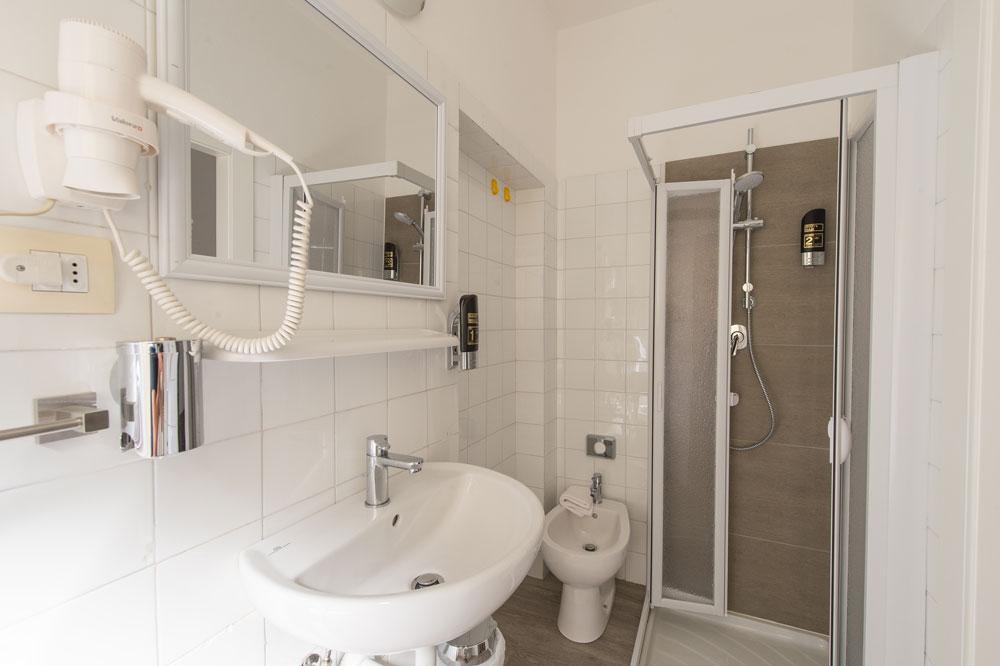Nuovo bagno rinnovato - Camera singola - Hotel Primo - Riva del Garda